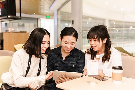 年轻女孩观看平板电脑图片