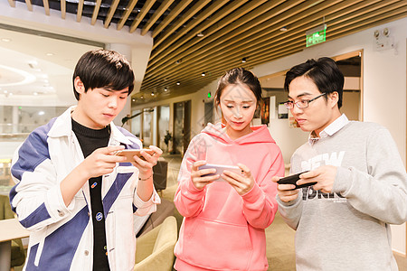 年轻男女聚会玩手游图片