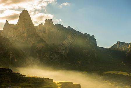 朝阳晨雾图片