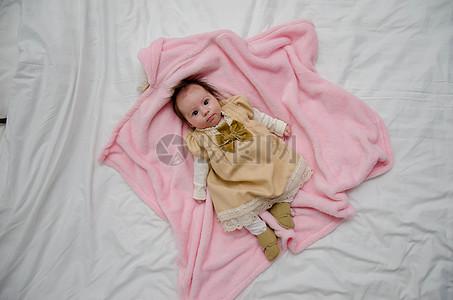 躺在粉色浴巾上的婴儿图片