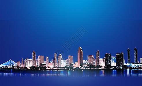 夜晚倒映在水中的城市图片