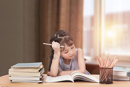 可爱儿童认真学习图片