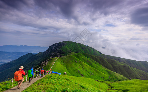 户外登山徒步旅行者图片