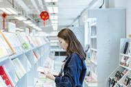 图书馆安静看书的女生图片