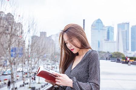 街头正在看书的美女图片