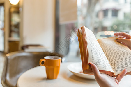 咖啡馆气质美女看复古英文书图片