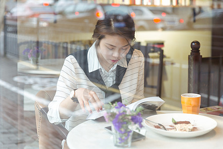 咖啡馆里气质美女看书图片