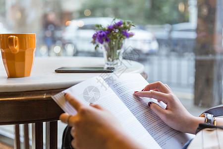 咖啡馆文艺书本读书虚化图片