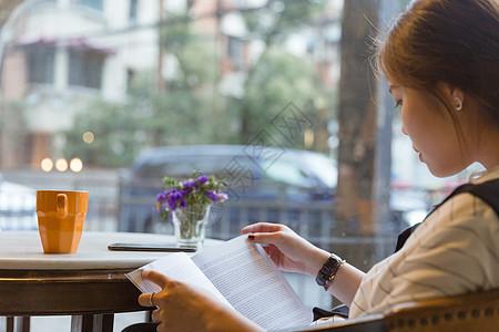 咖啡馆文艺美女看书翻书图片