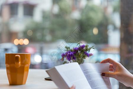 咖啡馆文艺看书翻书虚化图片