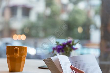 咖啡馆文艺看书书本虚化图片