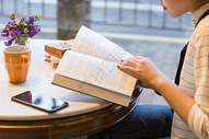 咖啡馆文艺美女看书图片