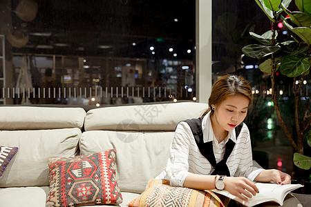 气质美女落地窗前沙发上阅读图片