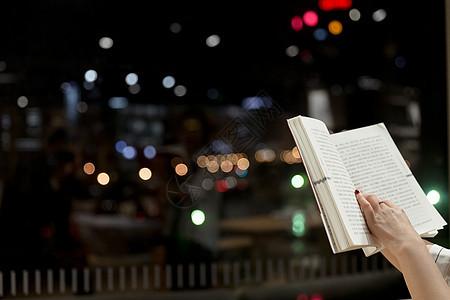 落地窗前夜晚书本特写图片