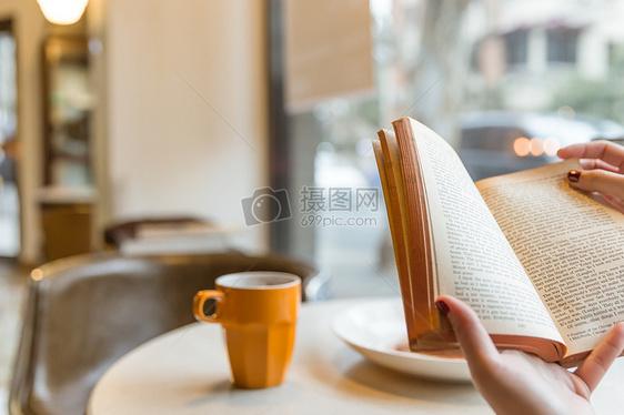 咖啡馆看复古英文书本虚化图片