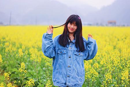 待到山花烂漫时,她在丛中笑图片