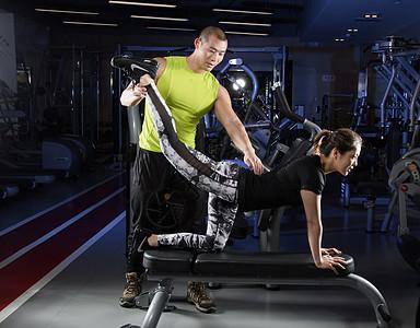 健身房教练健身动作指导图片