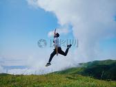 山上跳跃的人图片