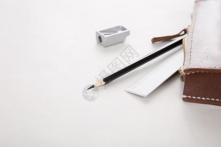 笔袋散落的铅笔尺子和卷笔刀图片