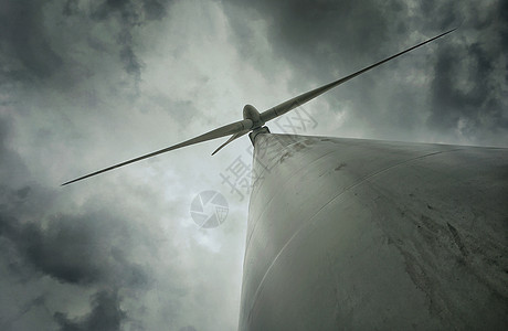 高山上的风能电力发电风车图片