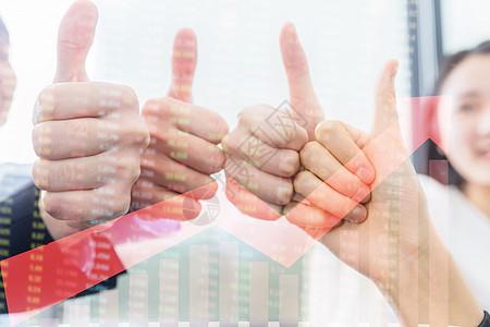 商务团队竖起拇指为指标点赞图片