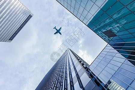 飞机飞过高楼图片