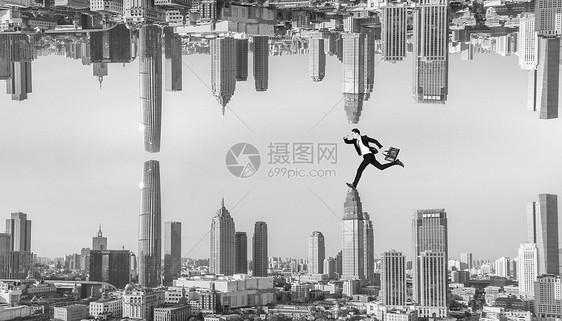 超现实主义人在城市高楼上奔跑图片