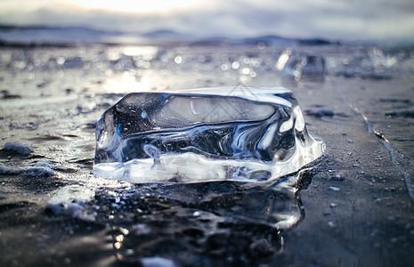 晶莹剔透明亮的冰块图片
