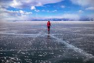 冰上行走的人图片