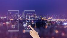 移动应用界面女士手指夜晚城市高楼背景图片