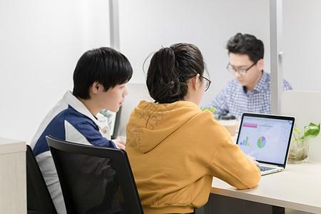 工作中研究数据报表的年轻人图片
