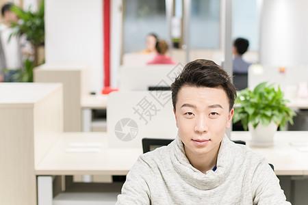年轻的公司工作人员图片