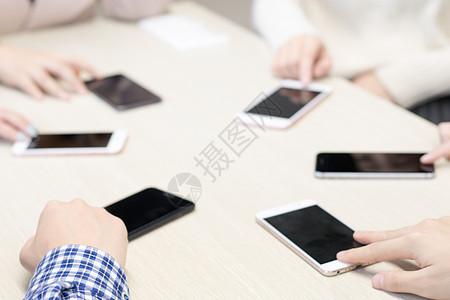 桌上围成一圈的手机图片