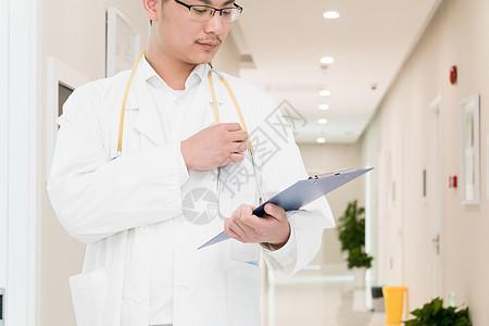 认证写文档的年轻医生特写图片