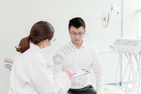 为病人检查身体的女医生图片