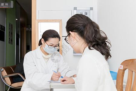 医生为病人检查身体图片