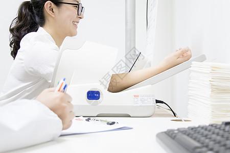 正在量血压的病人图片