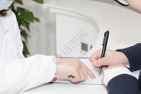 医生指导病人填写资料图片