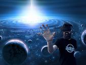 戴VR的男人遨游宇宙图片