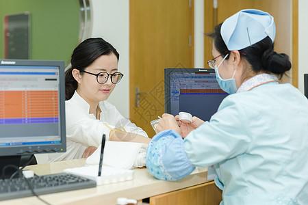 医生给文静女人抽血化验图片
