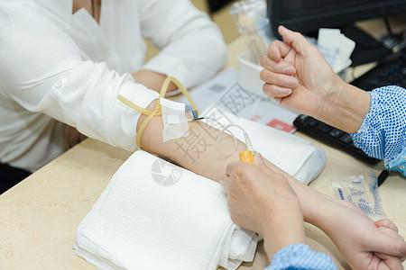 医生给女人手部抽血化验图片