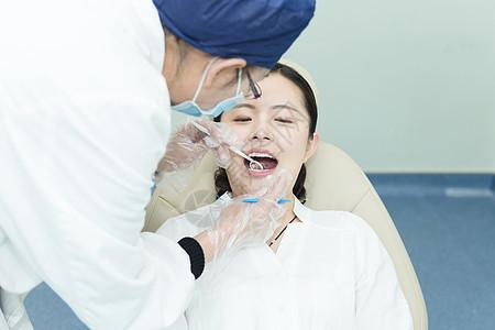 健康医疗医生给美女检查牙齿图片