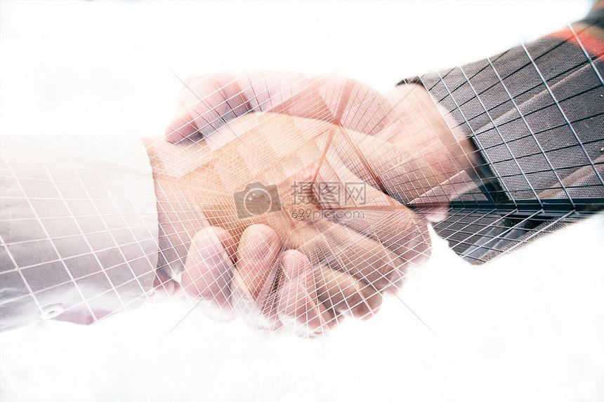 穿西装的成功人士握手达成合作图片