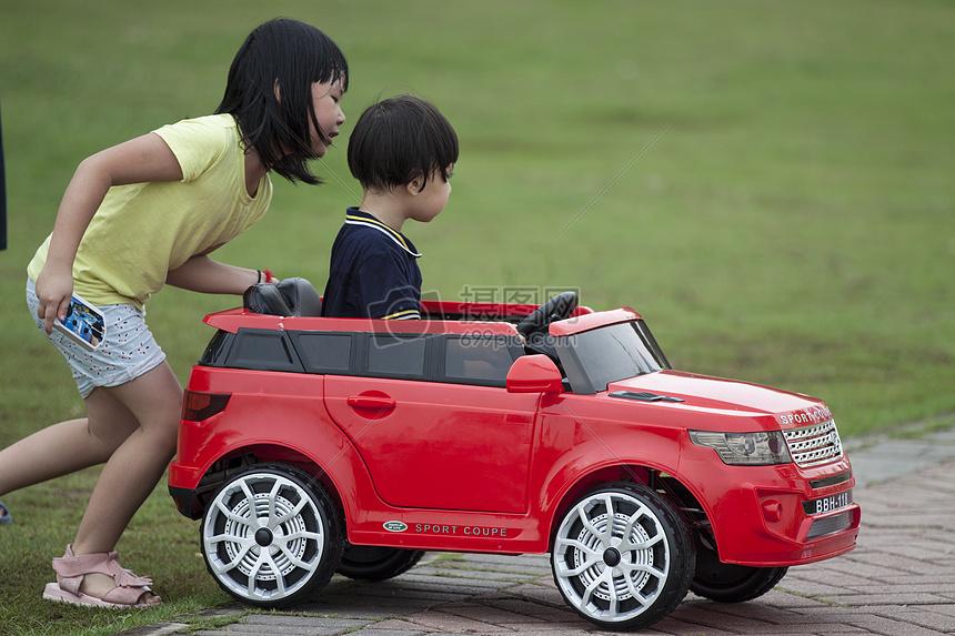 公园里玩小车的孩子图片