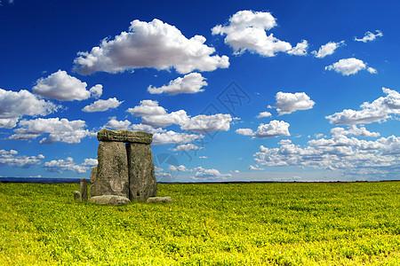草原上的石柱图片