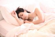 睡觉的美女图片