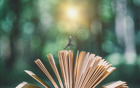 男士在书页间跨越图片