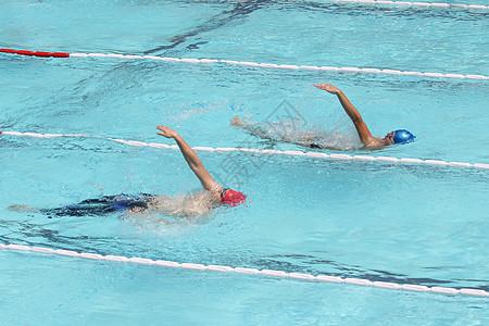 游泳比赛的人图片
