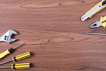 劳动工具木纹背景图片
