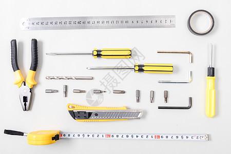 整齐排列的各种修理工具图片